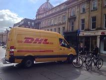 Gul leveransskåpbil Royaltyfri Fotografi