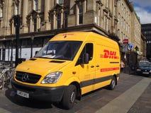 Gul leveransskåpbil Arkivbild