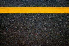 Gul linje i vägtexturbakgrund, Arkivfoto