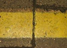 Gul linje på tegelstenen Royaltyfri Fotografi
