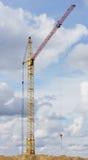 Gul lyftande kran på byggnad Royaltyfri Fotografi