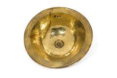 Gul mässingsrundavask på vit bakgrund Isolerad guld- vask i retro stil Mässingsjaga Arkivfoto