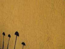 Gul målade bakgrund och svart champinjon Royaltyfri Foto