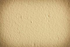 Gul målarfärgbetongväggbakgrund eller textur Royaltyfri Fotografi