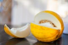 gul melon på tabellbärsommaren Royaltyfri Bild