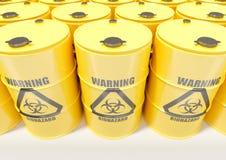 Gul metall barrels med det svarta biohazardvarningstecknet på vit bakgrund Arkivfoto
