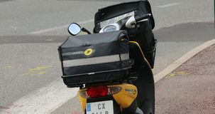 Gul motorsparkcykel för post- leverans i Frankrike stock video