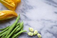 Gul nolla för för för zucchinizucchiniblommor, haricot vert och bondbönor royaltyfria bilder