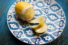 Gul ny citron på plattan med blåttmodellen Royaltyfria Foton