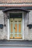 Gul och grön dörr i Parnu arkivfoto