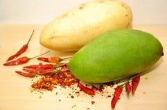 Gul och grön mango med chili royaltyfria foton