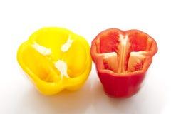 Gul och röd halva klippta nya spanska peppar Arkivfoton