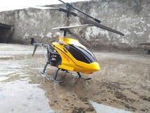Gul och svart helikopterleksak för children& x27; s royaltyfria foton