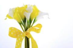 Gul och vit temacalla som gifta sig lilly buketten Royaltyfri Foto