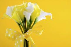 Gul och vit temacalla som gifta sig lilly buketten Arkivfoton