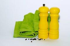 Gul peppar och gul salt shaker royaltyfri fotografi