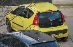 Gul Peugeot 107 bil i Leipzig Royaltyfria Foton