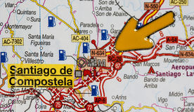 Gul pil som pekar på Santiago de Compostela Royaltyfri Foto