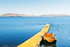 Gul pir och fartyg på sjön Royaltyfria Bilder