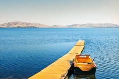 Gul pir och fartyg på sjön Fotografering för Bildbyråer