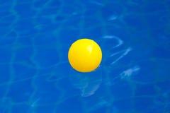 Gul plast- boll i pölen, pölvillahus Royaltyfri Fotografi