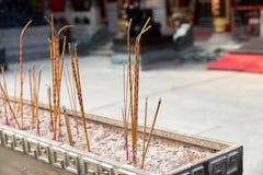 Gul rökelse klibbar bränning på Wong Tai Sin, den kinesiska templet, Hong Kong Royaltyfri Bild