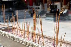 Gul rökelse klibbar bränning på Wong Tai Sin, den kinesiska templet, Hong Kong Fotografering för Bildbyråer