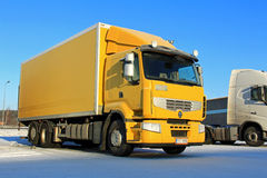 Gul Renault Premium 410 leveranslastbil Arkivbilder