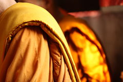 Gul robe av den thai monken arkivfoto