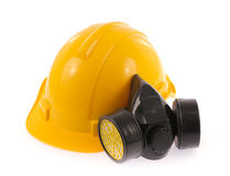 Gul säkerhetshjälm och kemisk skyddande maskering Arkivfoto