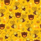 Gul sömlös modell med björnar, honung, blommor, hjärtor, biet och honungskakan Royaltyfria Bilder