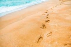 Gul sand med fotspår i sand- och turkosfärgvattnet på att simma område av havet - Jeju ö, Sydkorea royaltyfria foton
