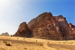 Gul sand vaggar bildandedalen av månen Wadi Rum Jordan Royaltyfri Fotografi