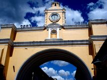 Gul Santa Catalina båge i Antigua Guatemala royaltyfri foto