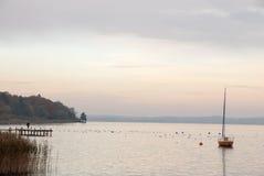 Gul segelbåt på solnedgången Arkivbilder
