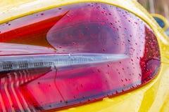 gul skinande kropp av ett tyskt sportscar royaltyfri bild