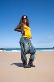 Gul skjorta för stående som är gravid på stranden Fotografering för Bildbyråer