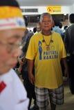Gul-Skjorta person som protesterar på en samla i Bangkok Fotografering för Bildbyråer