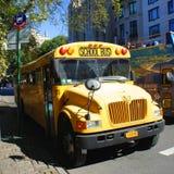 Gul skolbuss i New York Arkivfoto