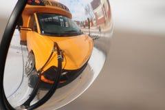 Gul skolbuss i spegel Arkivfoto