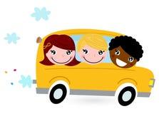 Gul skolbuss med ungar Arkivbild
