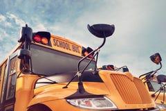 Gul skolbuss mot hösthimmel Royaltyfri Fotografi