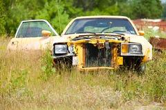 Gul skräpbil i fält Fotografering för Bildbyråer