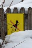 Gul skylt: en signal som förbjuder hundavföring nära ny snö royaltyfria bilder