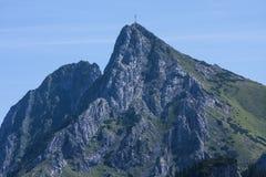 Gul slinga med Kira på toppmötet i den höga Tatrasen Ciemniak Arkivbild