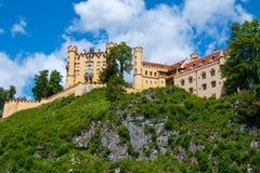 Gul slott på en stenig kulle Royaltyfria Bilder