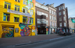 Gul snakehousefasad med färgrika grafitti Royaltyfri Foto