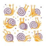 Gul snigel med purpurfärgade Shell Different Poses Set Of stiliserade vektorlägenhetillustrationer i konstnärlig stil Royaltyfri Bild