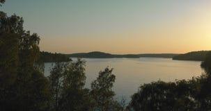 Gul solnedgång över en liten sjö i Stockholm lager videofilmer