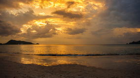 Gul solnedgång i Thailand Arkivbilder